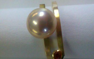 Ring aus 585/- Gelbgold mit Süßwasserperle und Saphier